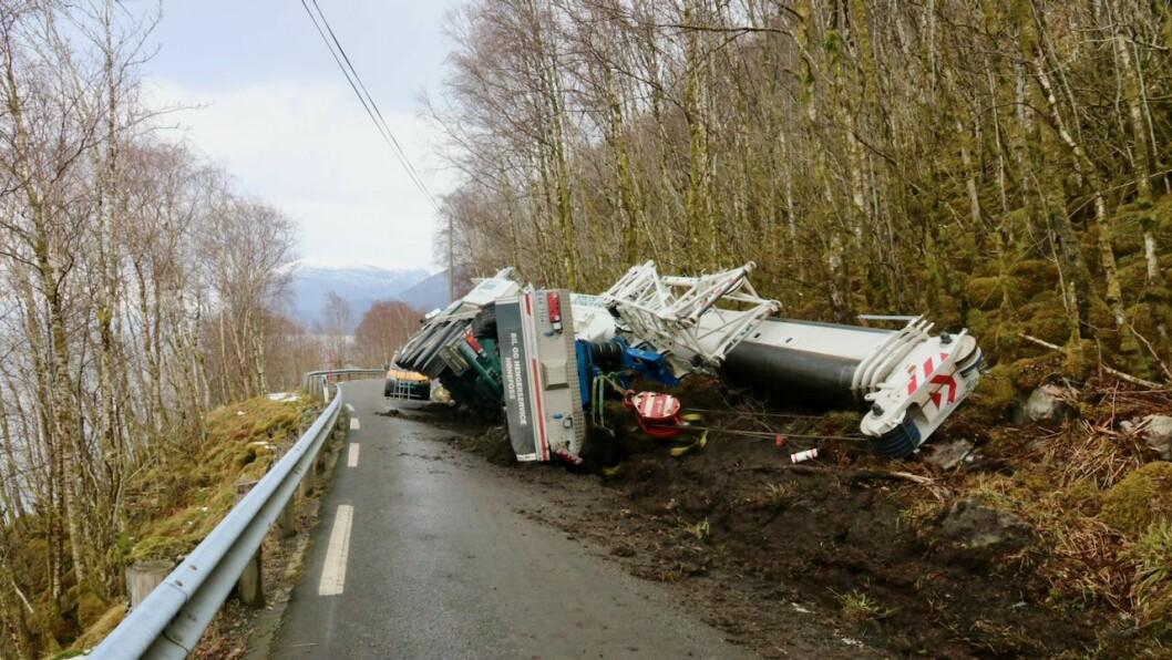 STENGD: Vegen mellom Indre og Ytre Oppedal i Gulen er stengd etter at ein kranbil velta onsdag føremiddag.