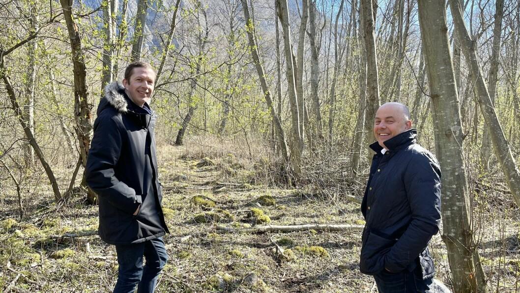 Prosjektleiar Per Åke Evjestad (t.v.) og ordførar Audun Mo står her ved det som skal verte greenen til hol 9 ved den prosjekterte golfbana.