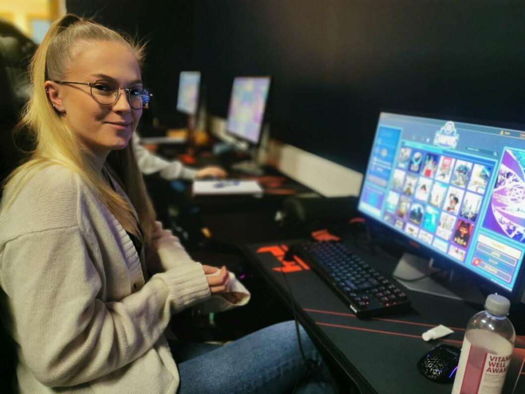 HISTORISK: Tomine Bauge er blant dei første nokosinne får opplæring i gaming ved Høgskulen på Vestlandet. No er programmet godteke som ein del av utdanningstilbodet  på høgskulen for barnevernslinja.