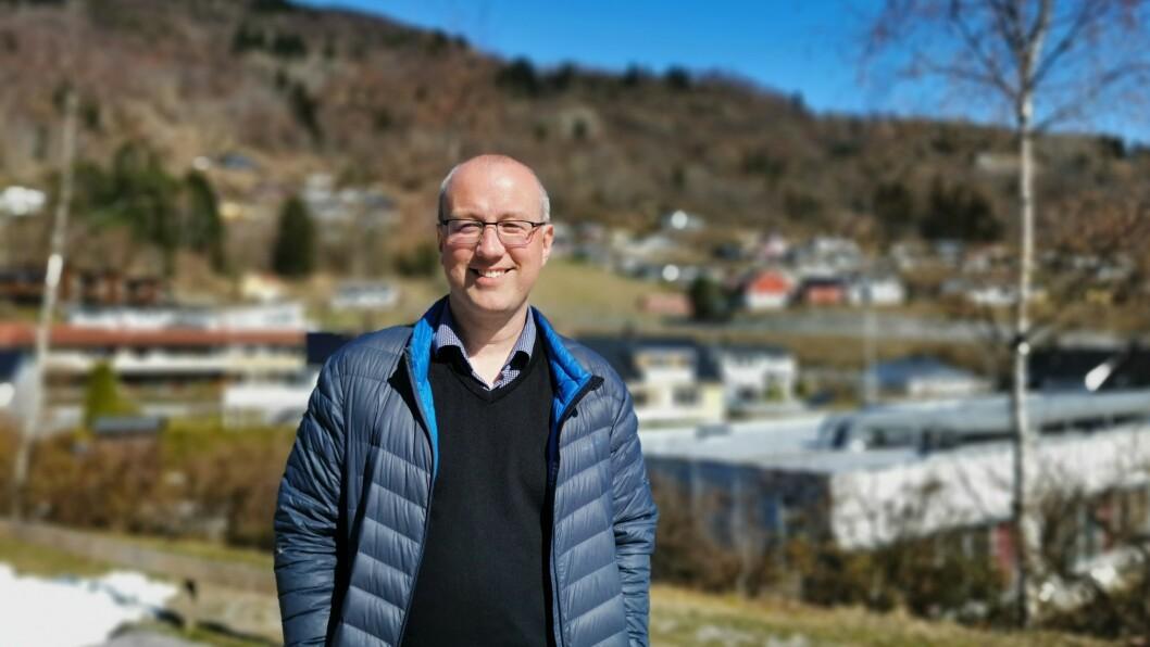 KREATIVE SOGNDØLER: Ordførar Arnstein Menes i Sogndal, klarar ikkje å halde maska når han går gjennom nokre av dei meir humoristiske namneforslaga som er sende inn til konkurransen.