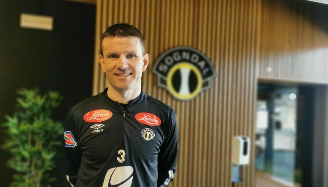 NØGD: Trenar Eirik Bakke rosar erfaringa den nye spelaren har, og ser fram til han skal i elden på bana for Sogndal.