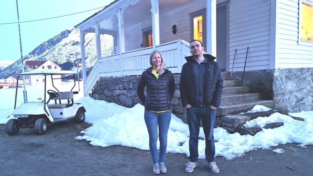 TIL STRONDI: Elisabeth Alme (28) og Eivind Molland (27) skal prøve seg som fastbuande i Veitastrond. Alme vart nyleg tildelt jobben som rektor ved oppvekstsenteret.