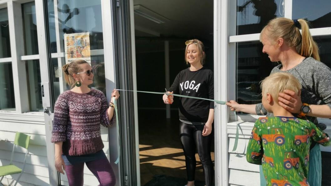 OPENT: Katrin Moe (t.v), Nina Steen og Mathilde Buch Larsen kunne juble over endeleg å kunne opne dørene for Yogahuset i Sogndal, søndag.