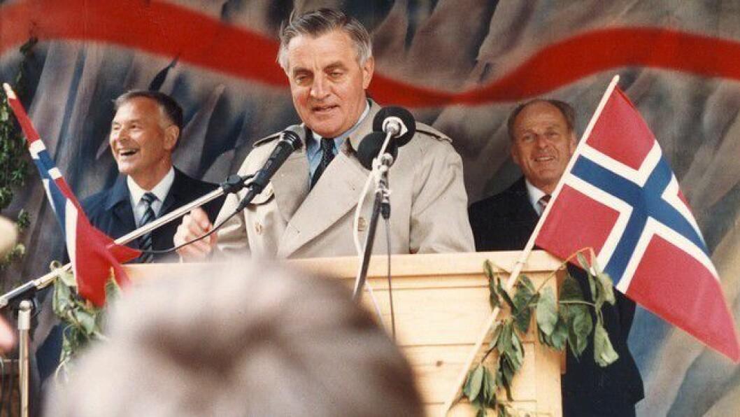 SOGN: Walter Mondale då han opna Fjærlandstunnelen i Lundebotn i Jølster 31. mai 1986.