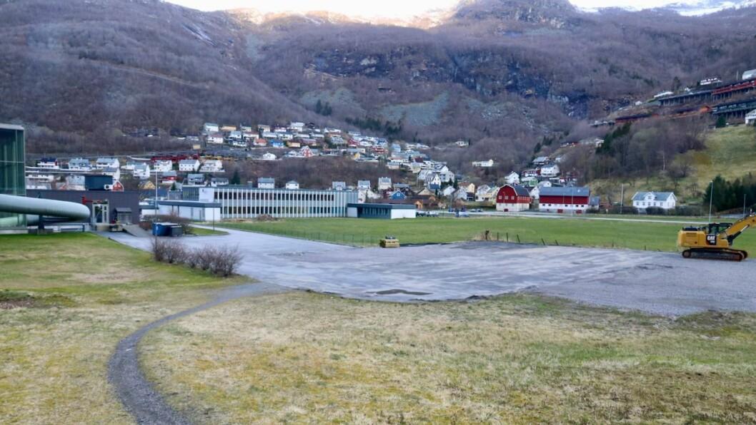 BUBIL: Høyanger Ap, SV, Raudt og Høgre ønskjer at det skal kunne stå bubilar oppstilt på denne plassen i sommar.