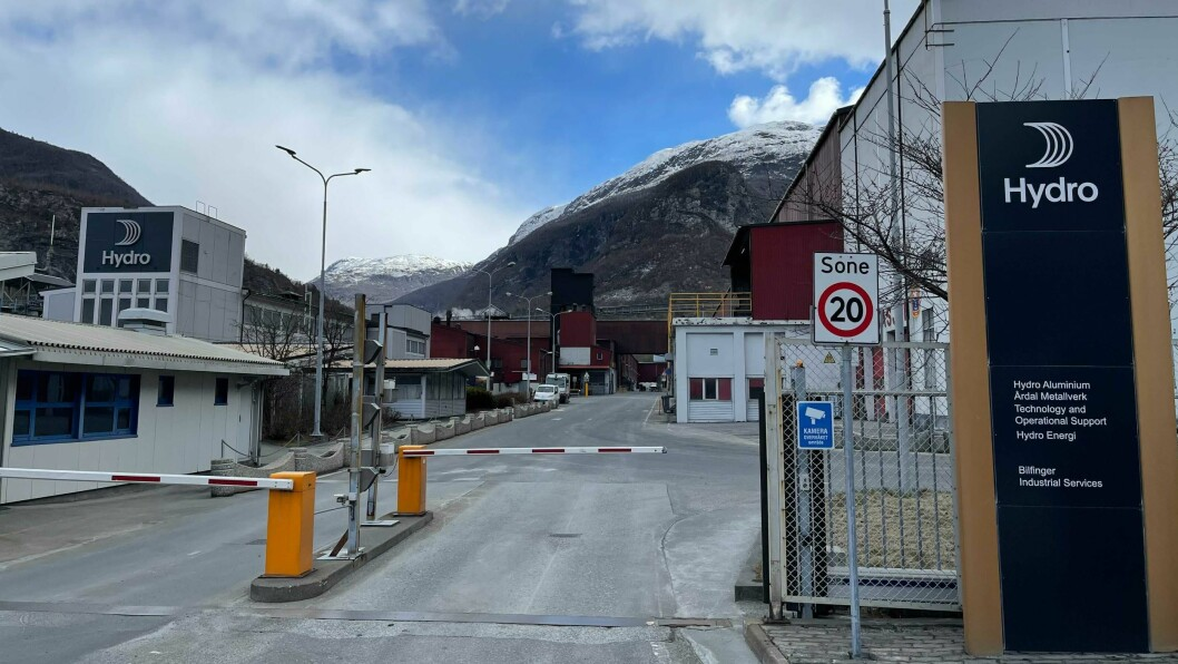 ARBEIDSULUKKE: Ein tilsett på Hydro i Øvre Årdal er sendt til sjukehus med luftambulanse etter eit fall i ei trapp.