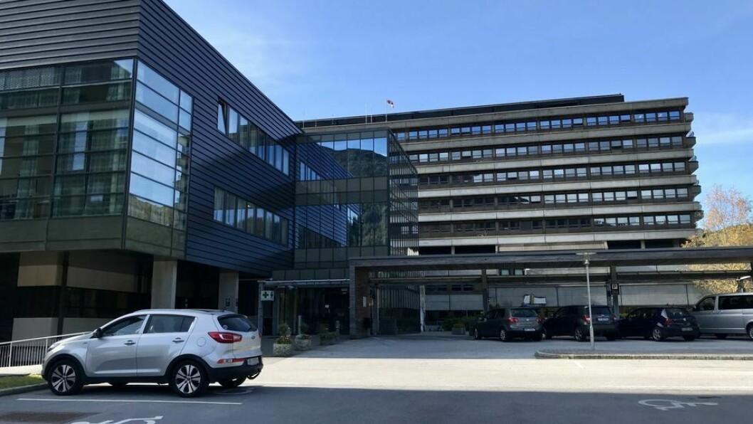 KORONA: Tre pasientar og sju tilsette i Helse Førde er i karantene.