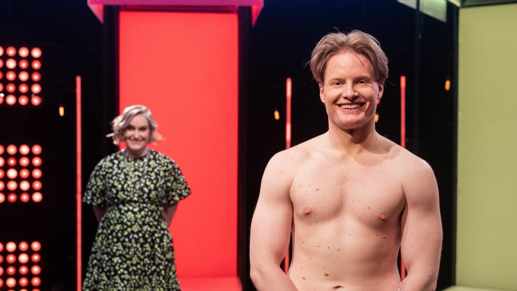 I ADAMS DRAKT: Sogndalstudenten Tor Erik Eide stiller som hovudgjest i episode to av det omdiskuterte dating programmet Naked Attraction Norge. I bakgrunnen, programleiar Tuva Fellman.