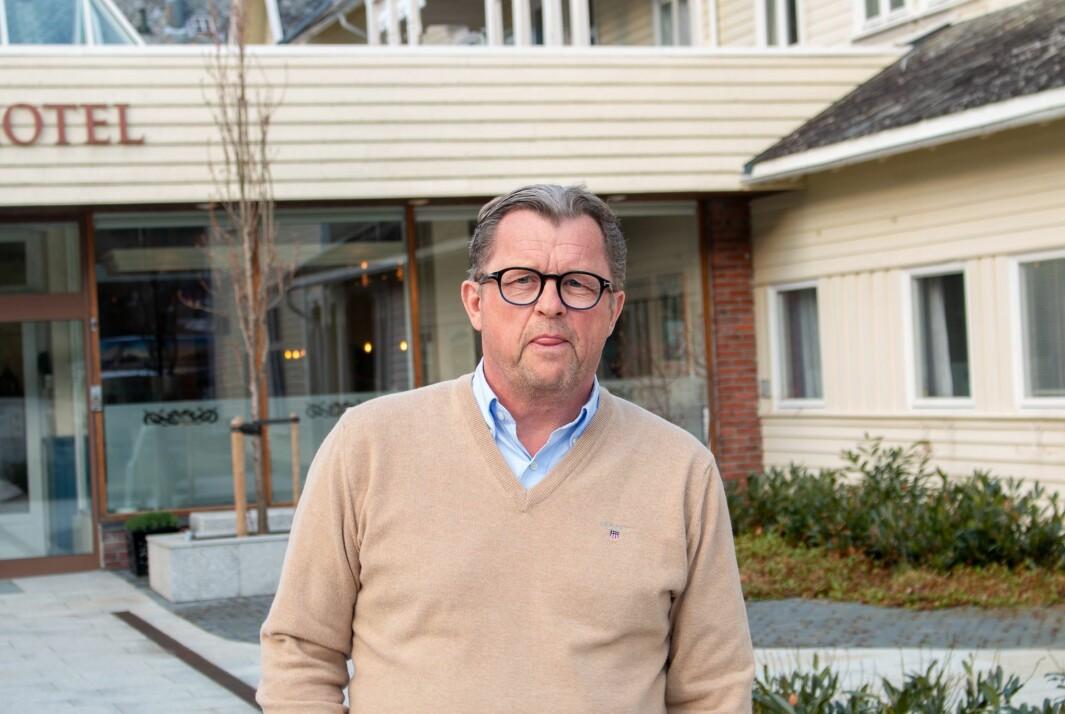 BEKYMRA: Sigurd Kvikne ved Kviknes Hotel har lenge sett fram mot å kunne opne hotellet for sommarsesongen, no er han derimot usikker på kor lenge planane held.