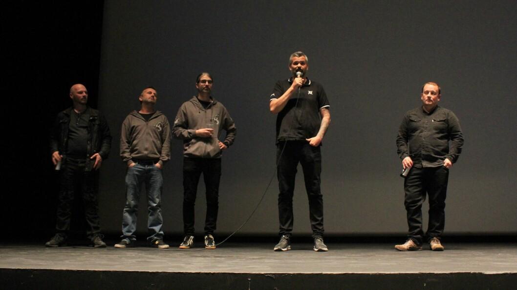 UKJENT STIL: Bandet kom på scena for å introdusere filmen. Først bassist Jarle Kvåle, og Håvard Nesbø som står bak filming og redigering.