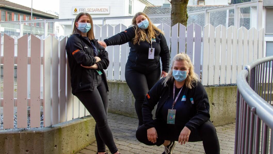 MUNNBIND: Sjølv om det er festival, brukar Vekao gjengen munnbind på jobb.