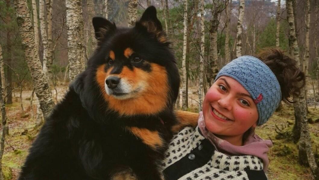 NATUR: Hedda Andrine Skår Ullebø er glad i å vere ute i naturen. Her saman med hunden Mira.