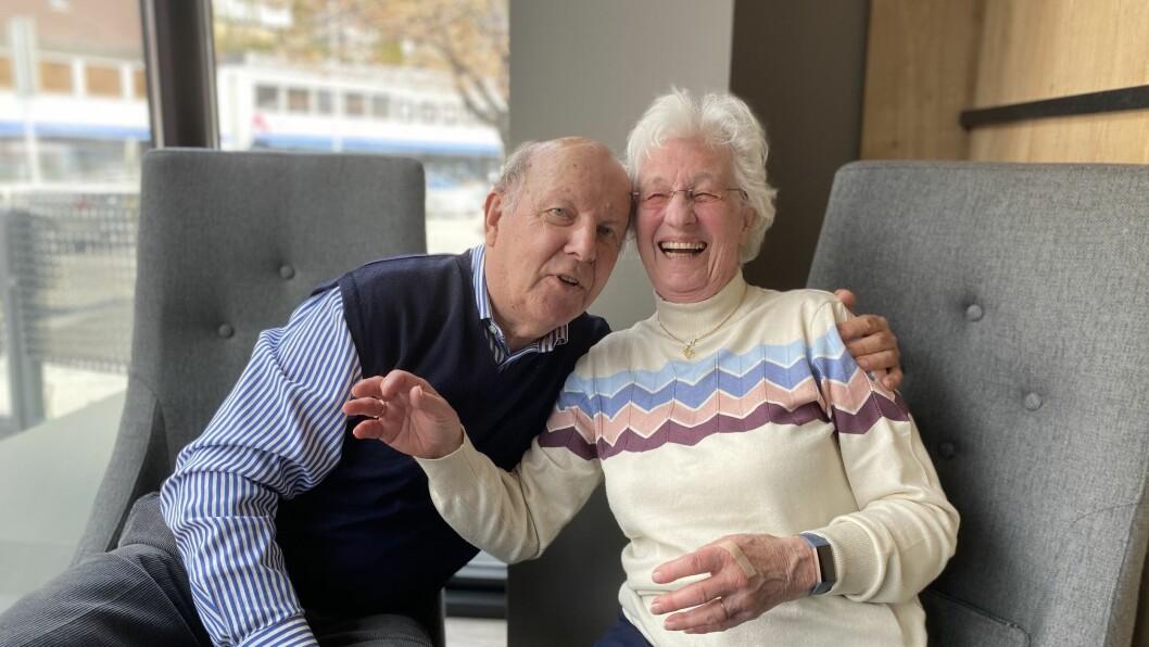 ØVING: Ekteparet Erik og Kari Linde må øve seg på klemmen: Den kjem dei nok til å dele ut eit par av den komande tida når dei inviterar til besøk.