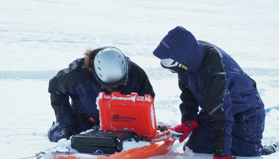 RADAR: Førsteamanuensis Mette Kusk Gillespie og stipendiat Kamilla Hauknes Sjursen fra Høgskulen på Vestlandet bruker radar for å undersøkje tjukkelsen på isen.