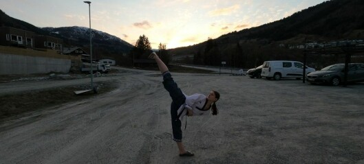 Embla (17) lærte stilen på nettet under korona. Det haldt til fjerde plass i ein internasjonal konkurranse.