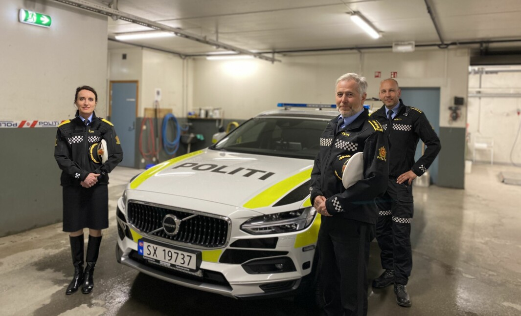 GLISET: Den første av fleire nye patruljebilar er no på plass i Sogndal. Frå venstre: Politivisemeister Ane Kvaal, Politisjef i Sogn og Fjordane Arne Johannessen og regionlensmann Magne Straumstein i Sogn.