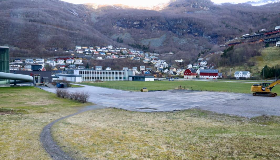 PARKERING: I sommar kan du parkere bubilen på den tidlegare hybelhustomta dersom du vitjar Høyanger.