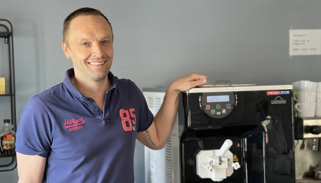 Kafèeigar Thomas Grøttebø er storfornøgd med den nye softismaskina si