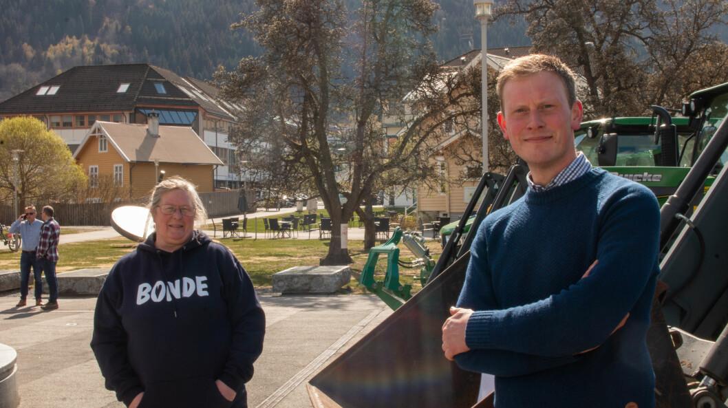 SKUFFA: Bondelagsleiar i Lærdal, Karin Sigrun Lysne og Stig Ove Ølmheim i Sogndal har ikkje fått svara dei håpa på frå Regjeringa. Her saman under ein demonstrasjon i Sogndal, tidlegare i år.