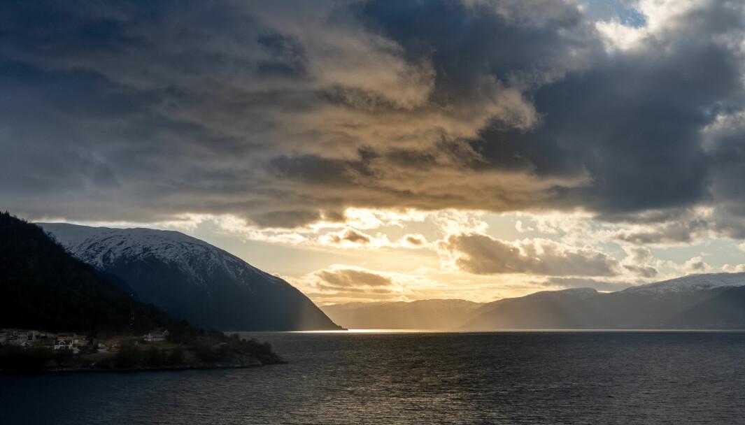 SKIFTANDE VÈR: Sogn får både mørke skyer og solgløtt i veka som kjem