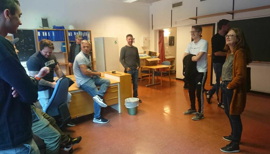 SYNFARING: Robert Breidvik (midten) og ei rekkje andre studentar frå Fagskulen i Sogn og Fjordane deltok på ei synfaring i Fundo-bygget. Til høgre påtroppande næringssjef Ingrid Heggø.
