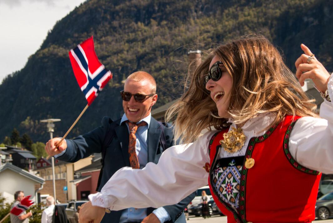 DANS: Nora Lindblad og Brede Olsen varta like gjerne opp med eiga danseframsyning utanfor rådhuset
