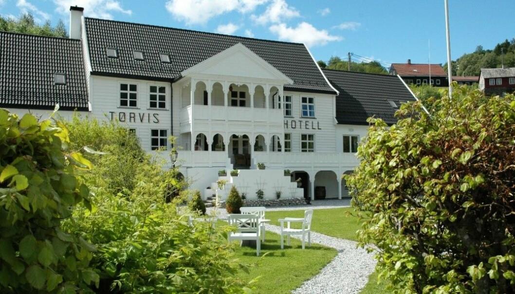 Halstein Sjølie kjøpte fleire hotell i Sogn,blant anna Hotell Mundal i Fjærland og Tørvis Hotell i Marifjøra før han blei etterforska for stor underslag.