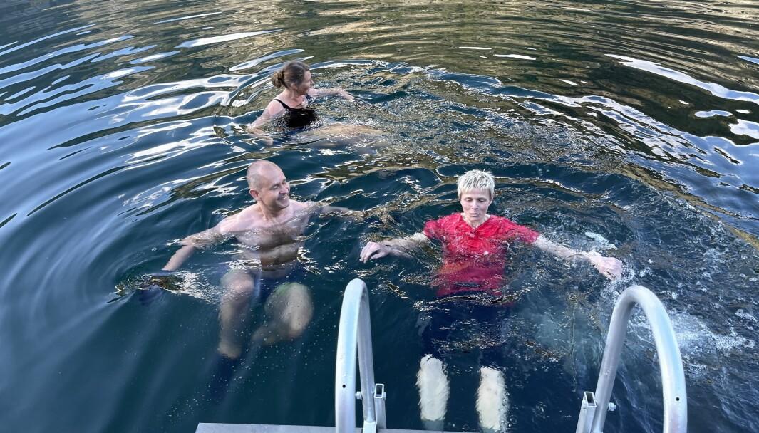 KALDT: Gjennom heile året trossar denne gjengen kulda og badar i fjorden. No vil dette verte tryggare både for dei og andre.
