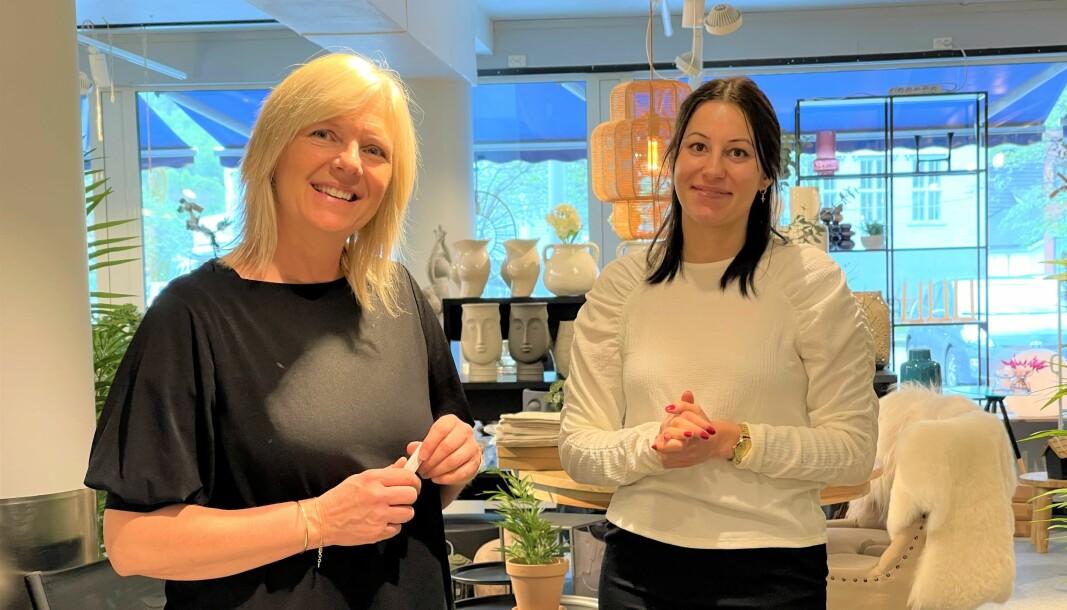 ERFARNE: Line Moen (t.v.) og Sandra Hollevik har begge jobba i møbelbutikken i Årdal sidan dag ein.