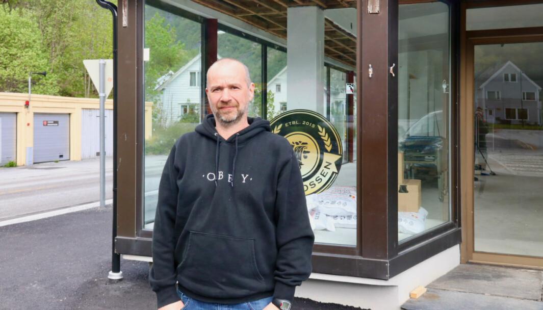 SATSAR: Dagleg leiar Øystein Adler Øvrebø ved det gamle Viken-bygget som snart er klart for opning.