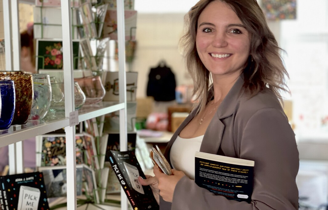MARKNADSFØRING: Kaitlynn Hatch er ansvarleg for marknadsføring for Fredag. Ho fortel at Adam sine produkt har gitt butikken muligheita til å opne opp for ærlege, og fine samtalar med kundane sine, om ting som kan vere vanskeleg.