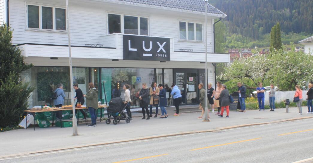 STOR KØ: Det var jamn kø utanfor Luxhouse då Tya bakeri tok med seg bakeverka sine for å selja til sogningane.