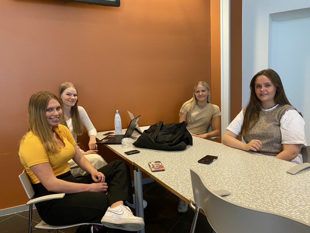 NØGD: Elevane ved tredje VGS i Sogndal støttar avgjerdsla om å avlyse eksamen. Frå venstre: Inger Anne Bruheim, Jenny Skaim, Stina Ottesen og Mathilde Sundbotten
