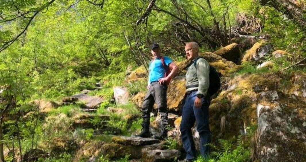 RYDDING: Jørgen Hundseth og Geir Henning Høyheim i stien som no skal utbetrast med arbeidskraft frå utlandet