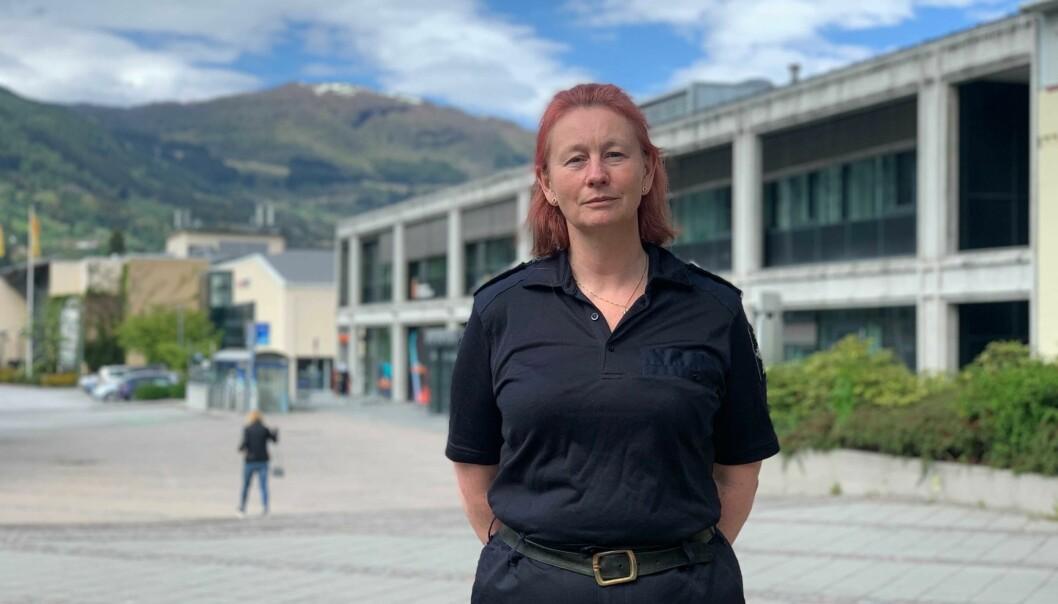 STORE OMRÅDER: Torill Anita Segtnan fortel at Sogn brann og redning har store områder å dekkje. Heilt frå det ytterste området i fjorden, til innerst i Luster.