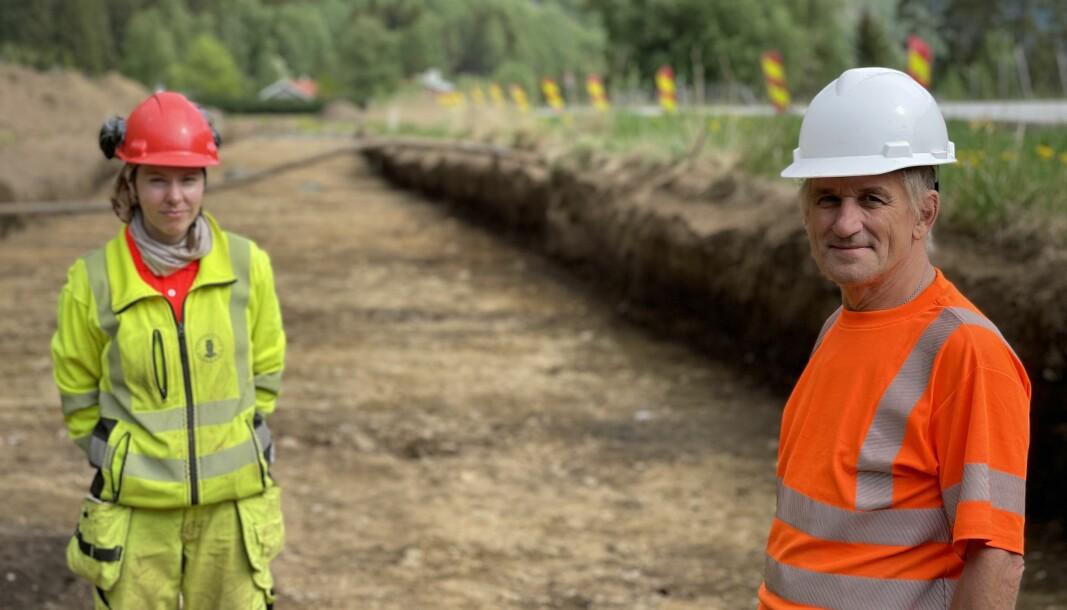 IVRIGE: Arkeologane Sigrid Hervig og Søren Diinhoff frå Universitetet i Bergen kosar seg med utgravingsarbeidet dei gjer i Lærdal