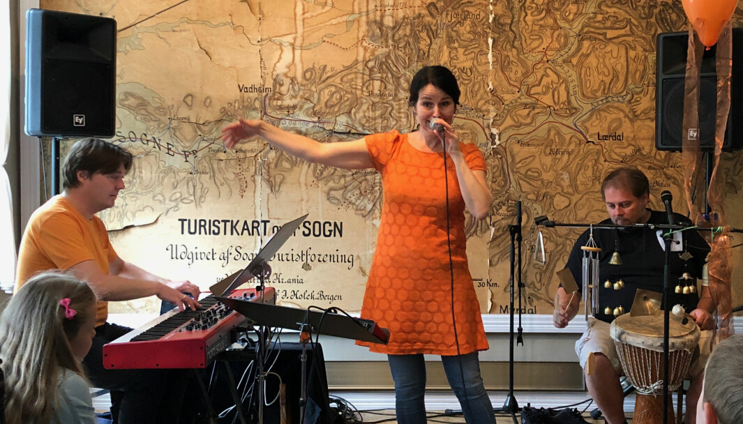 Lena Skjerdal og trioen skal framføre Konrad Kråkebolle og alle fjærefantar. Her frå ei framføring på Hotel Mundal for nokre år sidan med musikarane Knut Lothe og Erik Halvorsen.