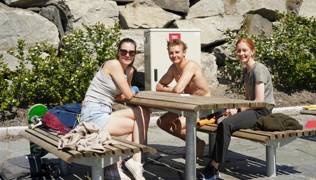 BADING: Hauk har sjekka temperaturen i Sognefjorden. (f.v) Emma, Hauk og Martine
