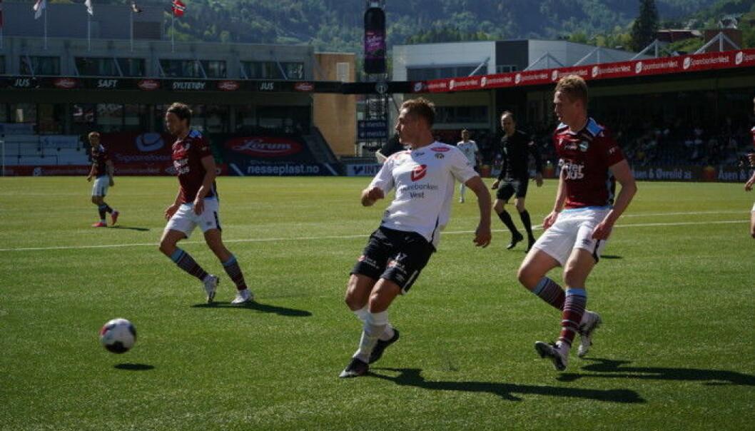 SMELL: Mathias Blårud vart lenge liggande på bana etter smellen tidleg i andre omgang.