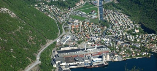 Røykutvikling i einebustad i Høyanger. Mannen kom seg ut, men huset er ubebueleg