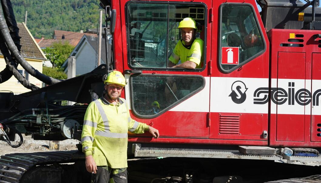 BANKAR: Knut Hammer (t.v) og Niclas Stigenberg styrer maskina som står bak bankelyden på Lerum Brygge