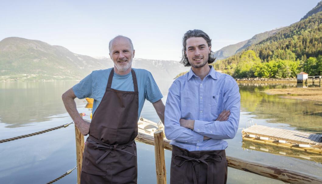 FAR OG SON: Vidar Aasen (t.v) og Tarjei Byrkjeland Aasen er klare for opning av Kvitabui Matnaust og Galleri