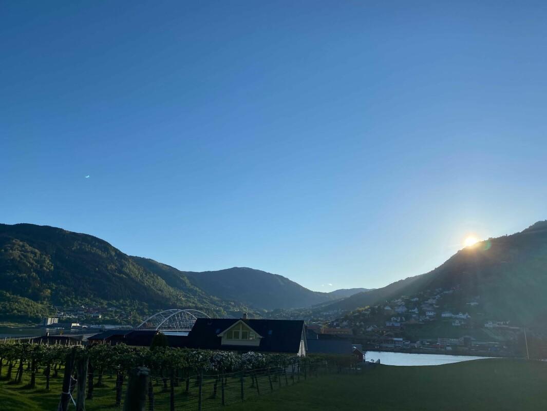 OVER ÅSKAMMEN: Til helga er det ikkje nødvendigvis berre fjella i Sogndal sola vil gøyme seg bak.