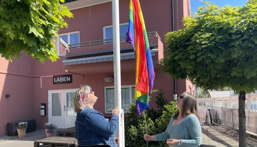 TIL TOPPS: Adelheid Breidvik (t.v) og varaordfører Vibeke Johnsen heisar pride flagget