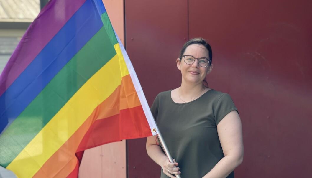 REGNBOGE: Anne Margrete Hatlelid seier pride-flagget symboliserar verdiar som er viktige å ta opp i barnehagen.