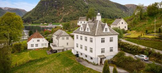 Her får du fire etasjar, sju soverom og fjordutsikt for same pris som 40 kvadratmeter i Sogndal