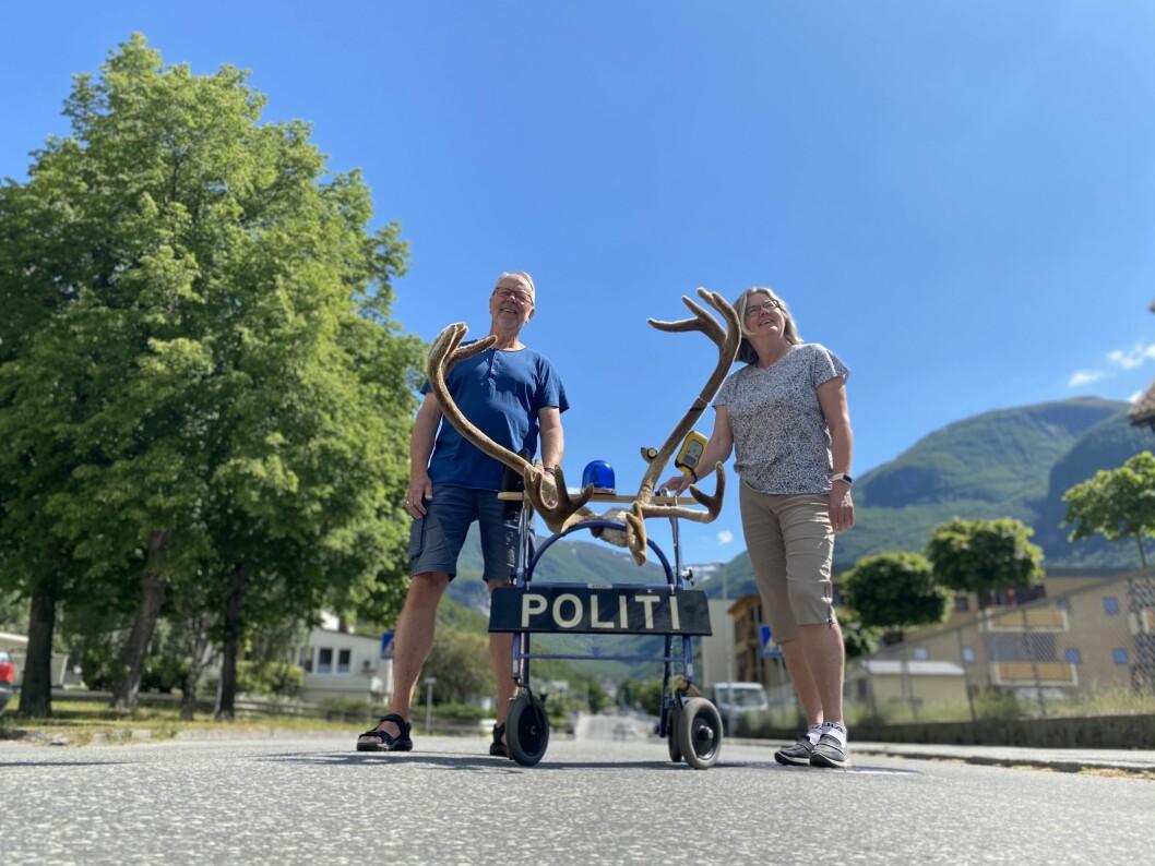 GLER SEG: Initiativtakarane Steinar Drægni og Heidi Skeie ser fram mot rullator- og rullestorløp i sentrum av Øvre Årdal, 17. juni.