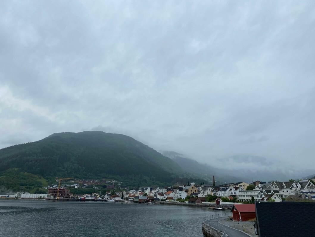 SKYER: Det gråe skylaget dekte Sogndal godt inn torsdag morgon.