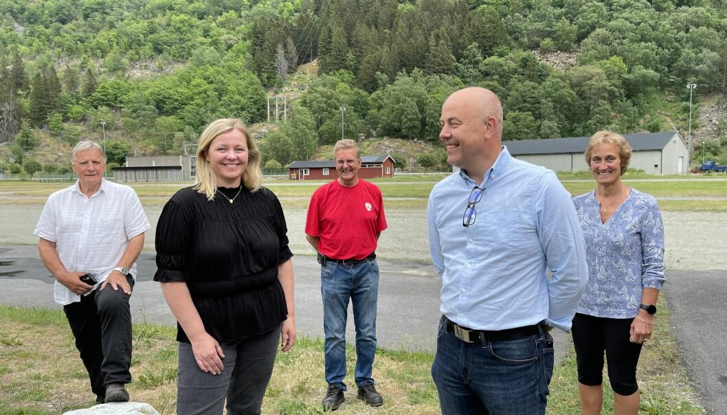 BESØK: Avbilda ser me (f.v.) Kristen Olav Grøttebø, Kjersti Stenseng, Jarle Offerdan, Audun Mo og Birgit Lervik.