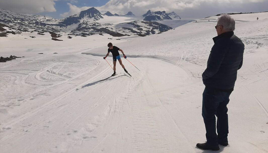 TRAVAR: Anders Fortun har vore med frå starten i 1972 då Sognefjellet Sommarskisenter vart skipa. Skiesset Johannes Klæbo er på veg oppover bakken.